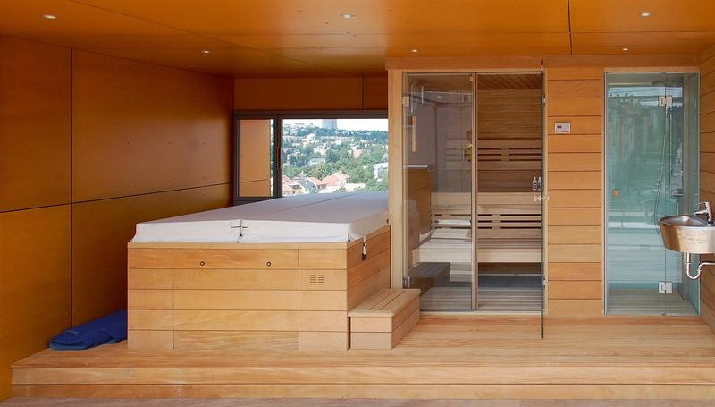 Sauna se sprchovým koutem, vnitřní i vnější obklad je z cedru